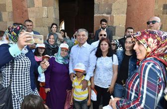 Abdullah Gül'ün lafı kime? Yeni Zelanda başbakanı twitiyle şaşırttı