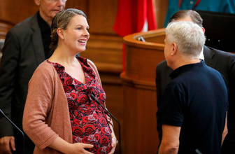 Danimarka'da bebeği ile Meclise giren vekil kovuldu
