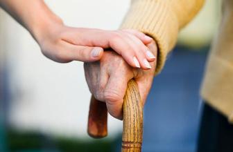 Uzmanlar yaşlılara yardım etmenin zararlı olduğunu açıkladı