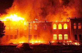 Denizli'de tarihi okul cayır cayır yandı