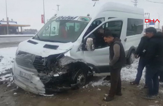 Ağrı'da kamyon öğrenci servisine çarptı 10 kişi yaralandı