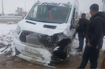 Ağrı'da feci kaza! Kamyon ile servis minibüsü çarpıştı