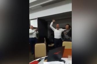 """Tunç Soyer zaferini """"Çav Bella"""" ile kutladı"""