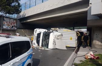 Bakırköy'de korkunç kaza! TIR üst geçide takılıp devrildi