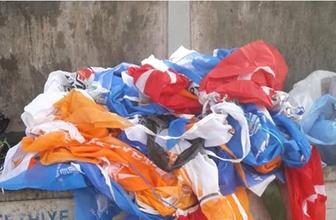 Çöpe atılan Türk bayrakları tepki çekti!