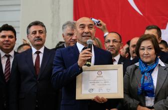 İzmir'de CHP'li Tunç Soyer mazbatasını aldı
