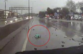 Kocaeli'de kaza yapan kamyonetteki bebek yola fırladı