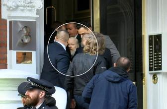 Ekvador Büyükelçiliği'ndeyken Assange'ın iç çamaşırıyla kaykay yaparken görüntüleri çıktı!