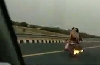 Seyir halinde alev alan motosikletten aileyi polis ekipleri kurtardı