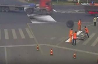 Çin'de TIR'dan kopan çift tekerlek işçinin üzerinden geçti