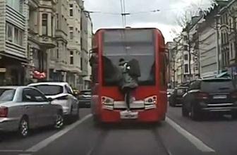 İlginç görüntü! Tramvayın arkasında metrelerce böyle gitti