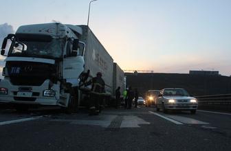 TEM'de 3 TIR çarpıştı: 10 kilometrelik araç kuyruğu oluştu!