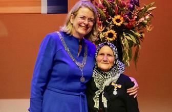 Hollanda'da 82 yaşındaki Zehra nineye 'Kraliyet Nişanı' verildi
