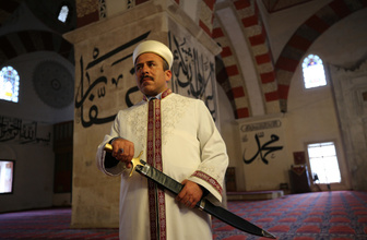 Kılıçla hutbe geleneği Eski Cami'de devam ediyor