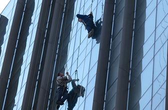Kadıköy'de korku dolu anlar! İki işçi asılı kaldı