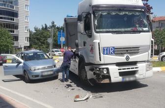 Tır ile otomobil çarpıştı: 1 yaralı