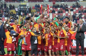 Galatasaraylı İsmail Çipe, ilahiyle sahneye çıktı