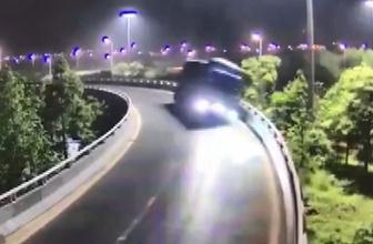 Çin'de kamyon sürücüsü bu kazadan yara almadan kurtuldu