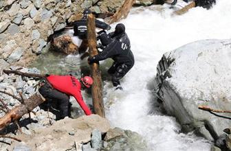 Muhabiri arama çalışmalarında suya kapılan askerlerden biri bulundu