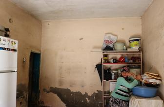 Şeker hastası anne, çocuklarıyla rutubetli evde yaşam mücadelesi veriyor