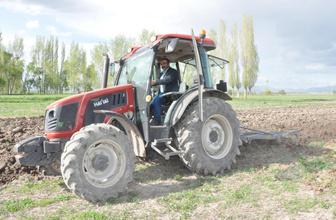 Erzurumlu çiftçi tarlasını sürerken iki çömlek buldu