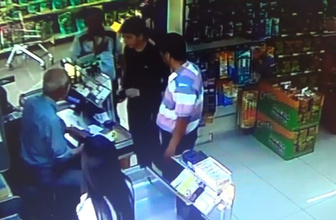 Suriyeli genç market girişinde bulduğu 17 bin 500 lirayı bakın ne yaptı!
