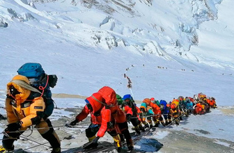 Everest'ten 4 cansız beden ve 11 ton çöp çıkarıldı
