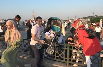 Hani İstanbul boşalmıştı! Tramvay yolundan yayaların tehlikeli geçişi