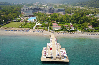 Antalya'da otel ve sahil tel örgülerle ayrıldı