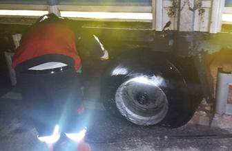 Şok eden görüntü! Hareket halindeki kamyonun lastikleri yandı