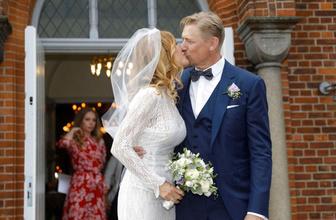 Efsane kaleci Peter Schmeichel ikinci kez evlendi eşi Playboy güzeli