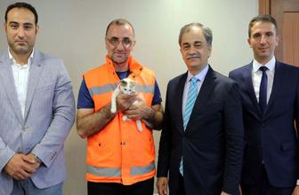 Yavru kediyi suni teneffüsle kurtaran belediye işçisi ödüllendirildi