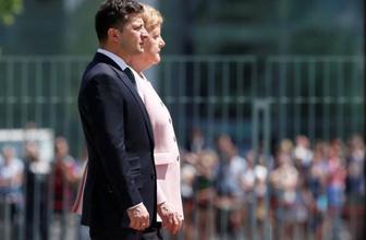Angela Merkel resmi törende fenalaştı tir tir titrediği anlar
