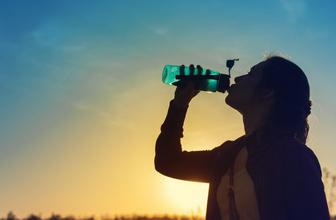 """Uzmanlar yaz aylarında uyarıda bulundu:  """"Su içmek için susamayı beklemeyin"""""""