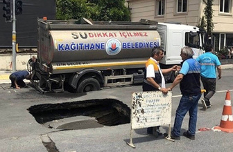 İstanbul'da yol çöktü! Su tankeri çukura düştü