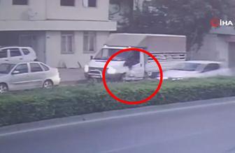 Aniden yola çıkan çocuğa otomobil çarptı! Korkunç kaza kamerada