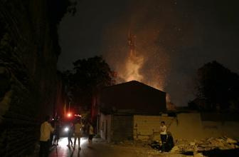 Fatih'te gecekondu alev alev yandı