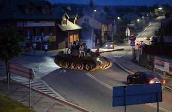 Polonya'da alkolü fazla kaçıran gençler tankla tur attılar
