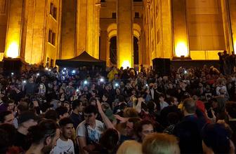 Komşuda binlerce kişi meclisi kuşattı! En az 70 yaralı var
