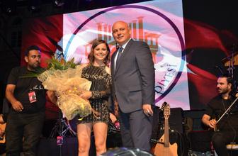 İmamoğlu'na destek veren Merve Özbey'i konsere çıkaran MHP'li başkana tepki