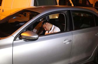 Alkollü sürücü yol ortasında sızdı ne yaptılarsa uyandıramadılar