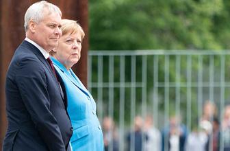 Angela Merkel Merkel 3. kez titreme nöbeti geçirdi