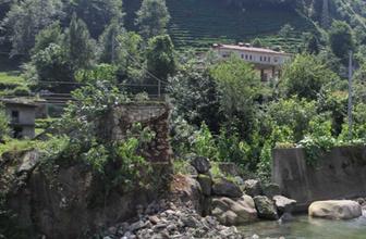 Rize'de 300 yıllık tarihi kemer köprü çöktü