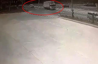 Kamyondan kopan demir levhanın otomobilin radyatörüne saplandığı anlar kamerada