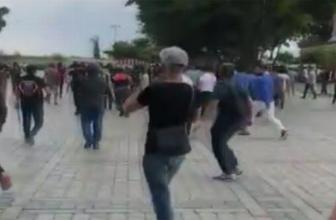 İstanbul'da turistlerin gözü önünde birbirlerine girdiler