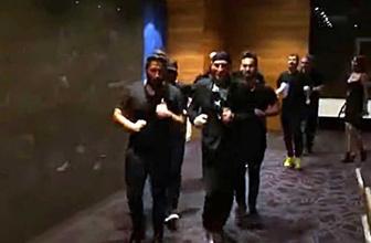 Şarkıcı Altay'ın uçağı rötar yapınca ekip havalimanını coşturdu