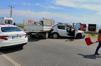 Balıkesir'de yol kenarındaki araca kamyonet çarptı 4 yaralı