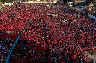 Ellerinde Türk Bayrakları ile akın akın geldiler