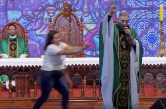 Brezilya'da bir kadın ayinde rahibi kürsüden itti