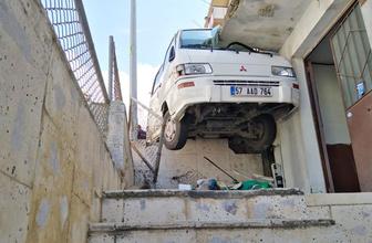 Sinop'ta kontrolden çıkan minibüs bakın nereye sıkıştı!